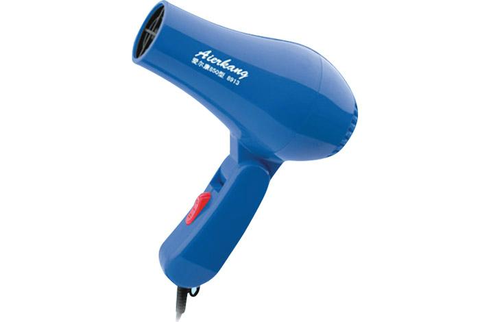 Dùng máy sấy tóc dễ dàng thổi bay bụi bẩn