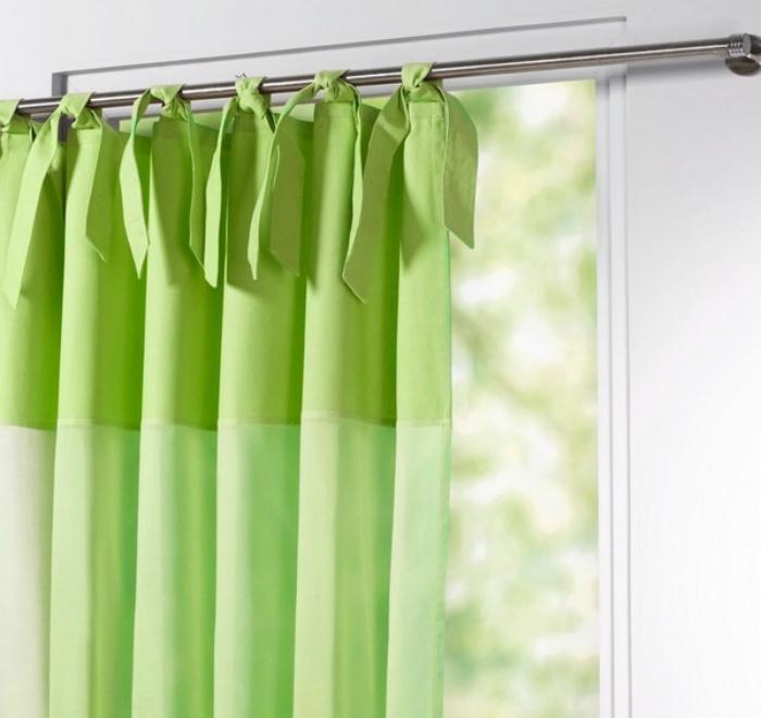 Dùng miếng vải ẩm để lau chùi rèm cửa thường xuyên