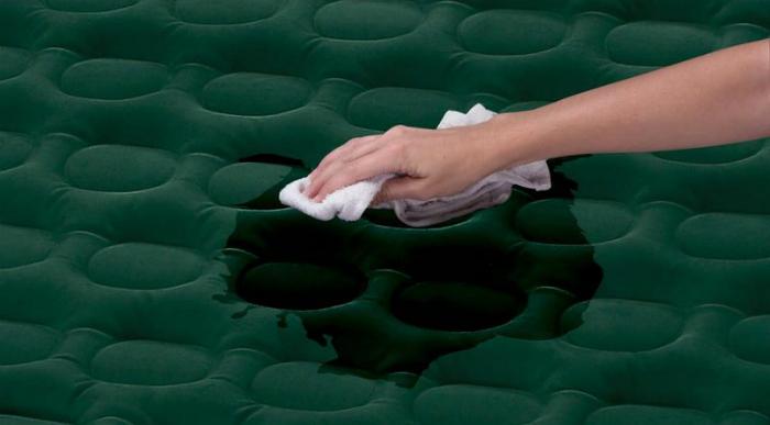 Tẩy sạch vết bẩn ngay khi phát hiện để không bị bốc mùi