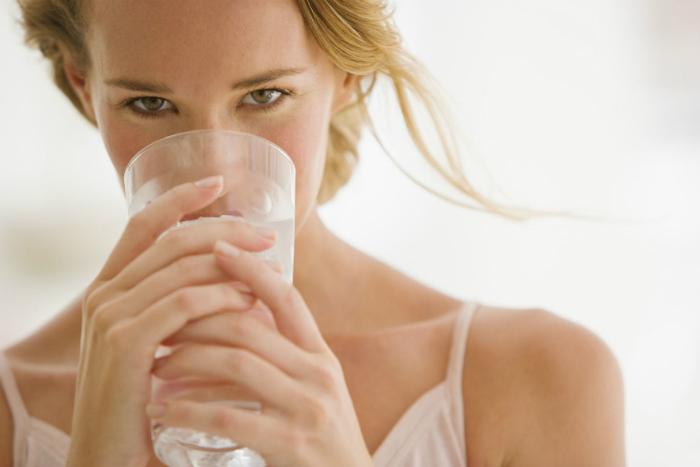 Uống nhiều nước để cân bằng độ ẩm cho môi
