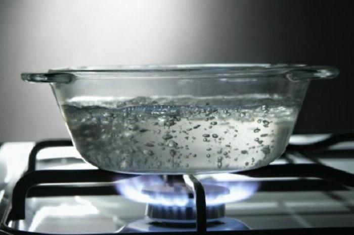 Nấu nước sôi hòa với giấm sẽ giúp khử mùi nhà bếp