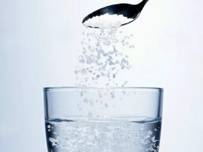 Để 2 ly nước muối trong phòng để khử mùi sơn