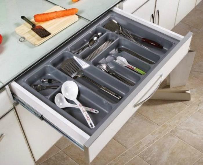 Sắp xếp thìa, đũa theo từng ngăn riêng để dễ lấy