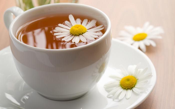 Uống một tách trà hoa cúc trước khi ngủ