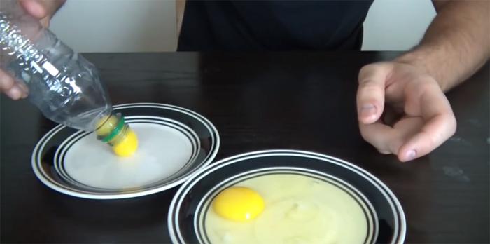 Chỉ cần bỏ quả trứng vào dĩa rồi bóp nhẹ chai nhựa để hút lòng đỏ trứng lên.