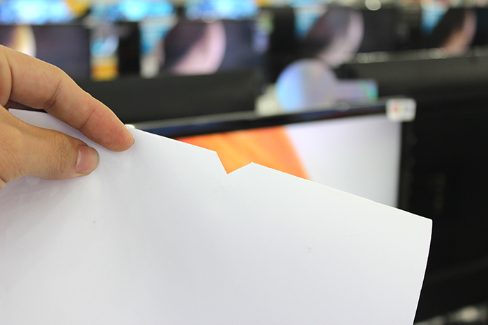 Khi mở bung tờ giấy A4 bạn sẽ có được một lỗ tròn ở ngay trung tâm