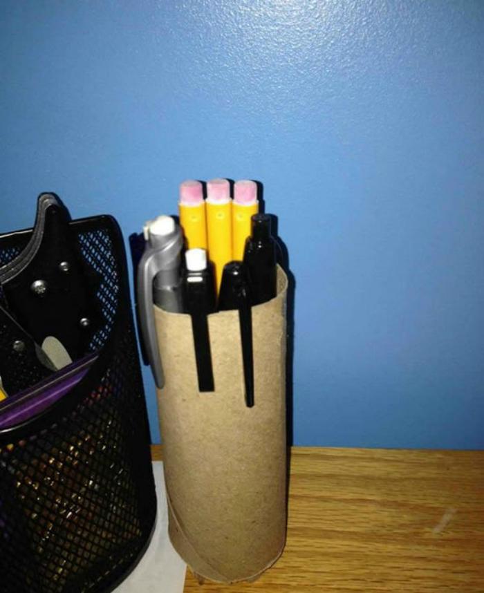 Lõi giấy vệ sinh có thể dùng để làm lọ đựng bút
