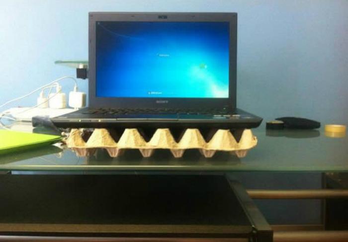 Dùng khay đựng trứng để chống nóng cho laptop