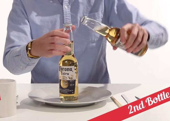 Bật nắp chai với 2 chai bia, thử sẽ thấy không khó đâu bạn