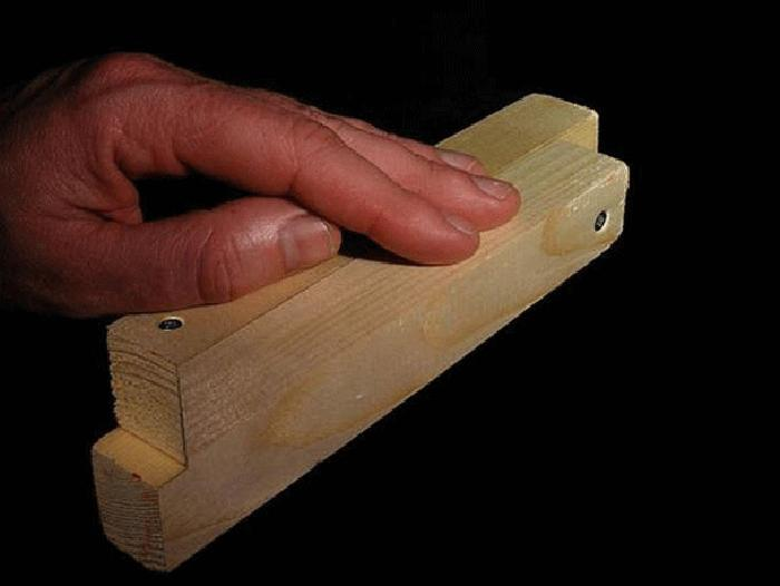 Hãy nhìn kĩ vị trí hai khối gỗ