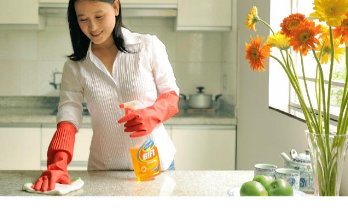 Không nên dùng khăn ướt để lau bếp