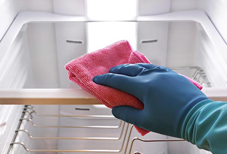 Khử mùi tủ lạnh bằng cách vệ sinh định kỳ