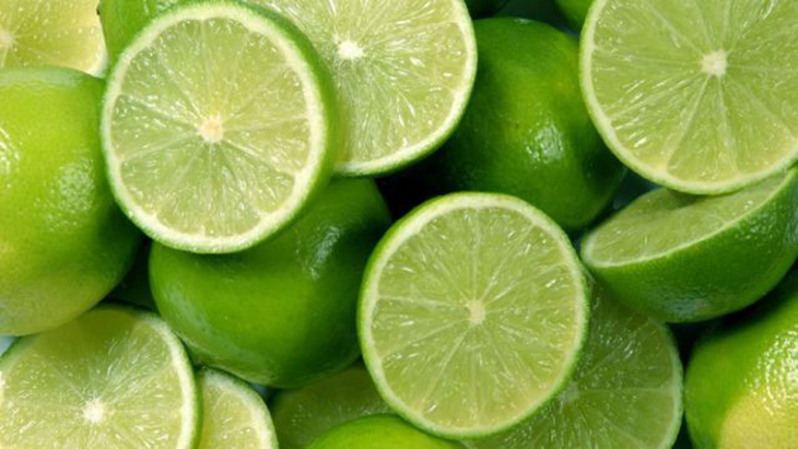 Khử mùi tủ lạnh hiệu quả với chanh/quất chứa nhiều axit, có tính khử cao