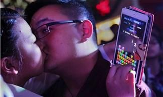 """40 cặp đôi """"khoá môi"""" gần cả tiếng để giành được iPhone 6"""