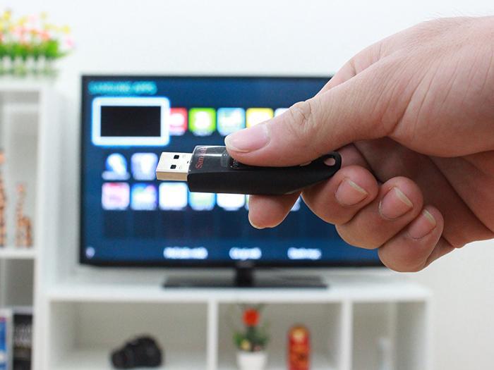 Trước khi bắt đầu điều chỉnh, các bạn hãy nhớ cắm USB vào tivi nhé!