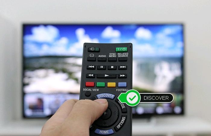 Chọn phím DISCOVER trên remote