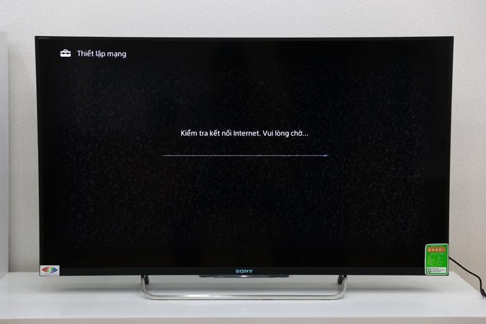 Chờ tivi kết nối đến mạng Wifi đã chọn