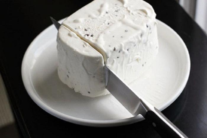 Cắt kem bằng dao ngâm nước nóng