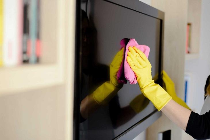 Không phun dung dịch tẩy rửa trực tiếp lên màn hình