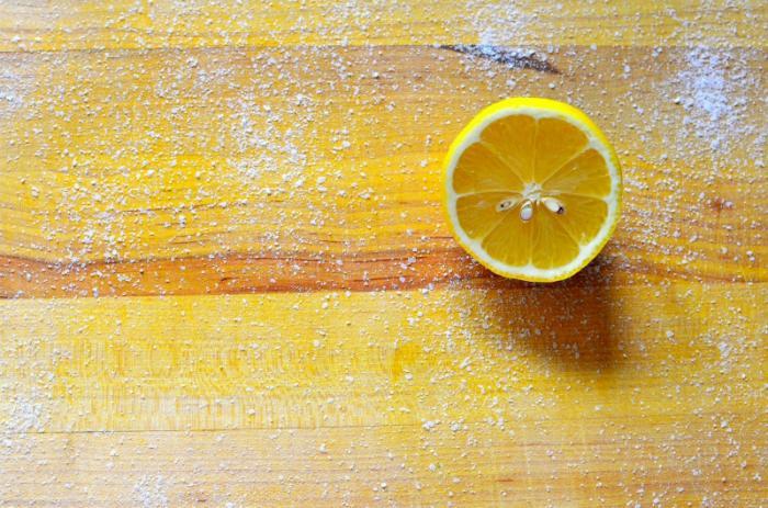 Khử trùng thớt gỗ với chanh và muối