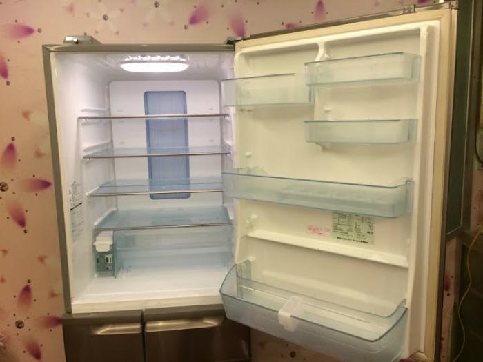 Rút điện, mở tủ lạnh cho tuyết tan chảy bớt và vệ sinh tủ lạnh một lần