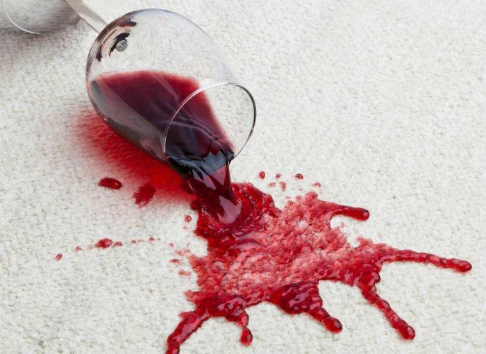 Rắc muối để rượu vang đỏ thấm lên thảm