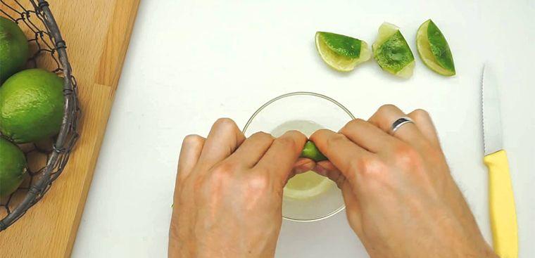 Nước chanh được xem là một trong các thành phần tẩy rửa tự nhiên để vệ sinh bếp.