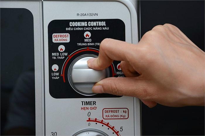 Lò vi sóng Sharp R-20A1(S)VN dễ dàng điều chỉnh công suất và thời gian nấu