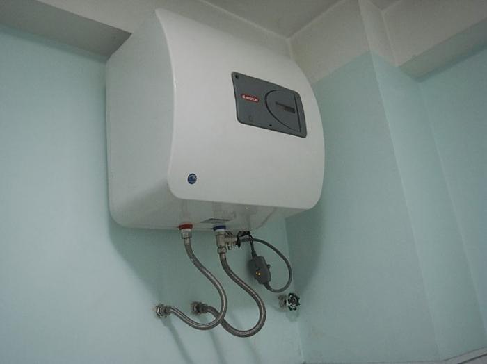 Máy có bình chứa nước lớn nên cần kệ đỡ khi lắp đặt