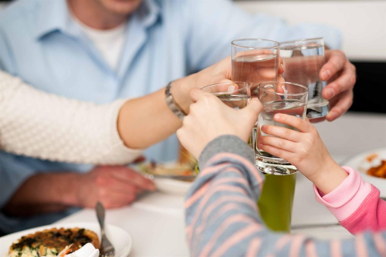 Vừa ăn vừa uống sẽ giúp bạn uống ít rượu, bia hơn