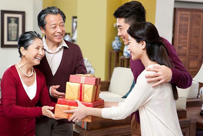 Mọi người tặng quà Tết để thể hiện sự quý mến lẫn nhau