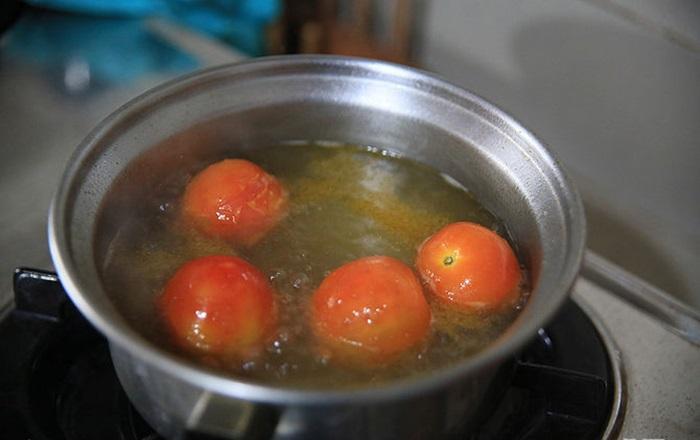 Cho thịt cắt nhỏ, gà hay cá philê vào nồi mới để luộc. Bạn cũng có thể cho đậu xanh, rau vào nồi luộc. Nhưng lưu ý, thịt và rau phải được luộc chín riêng biệt không luộc cùng nhau.