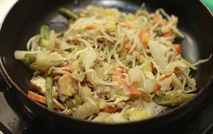Thêm rau và thịt vào chảo cùng một lúc, đảo chúng liên tục với một thìa bằng gỗ, thìa sẽ không bị chảy. Khi rau vẫn còn độ tươi, thịt đã chín vàng ở các cạnh, món xào của bạn đã được thực hiện xong, cần tắt bếp ngay.