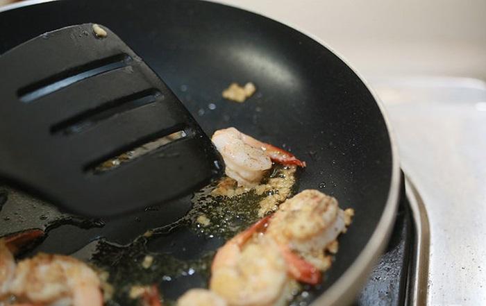 Đậy nắp lại, chờ tới khi nước trong chảo keo nước thì tắt bếp.
