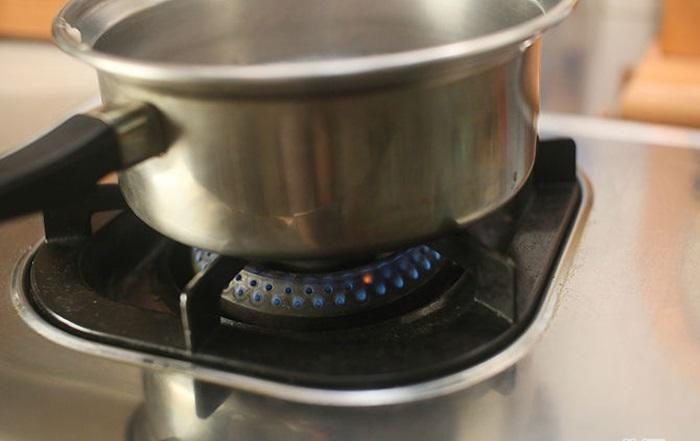 Đặt một chiếc nồi nhỏ lên bếp, cho rượu vang, các loại gia vị, rau thơm, nước cốt chanh, nước vào nồi, đun nóng. Lấy tiếp một cái chảo khác đặt lên bếp, múc nước dùng từ nồi nhỏ sang chảo hoặc nồi mới.
