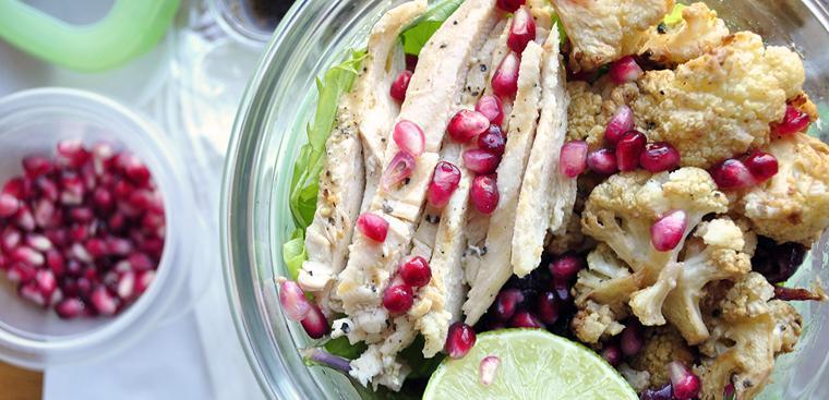 Salad hạt lựu, bông cải nướng với thịt gà
