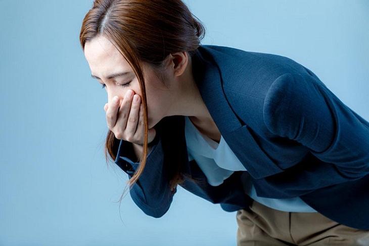 Người có triệu chứng trúng thực thường nôn mửa