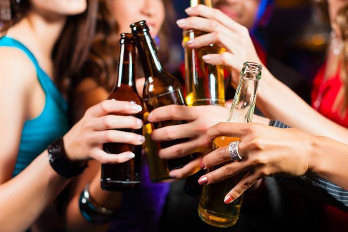 Uống rượu bia khiến bạn ăn uống vô độ