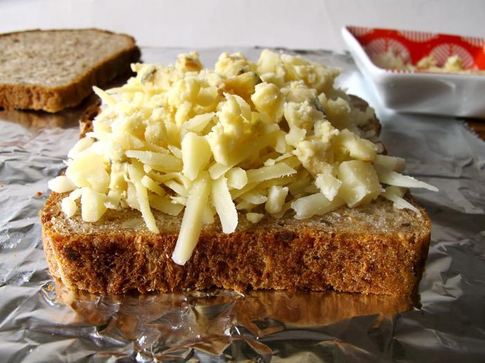 Làm bánh mì phô mai nướng bằng bàn ủi