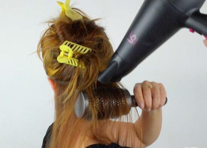 Bắt đầu sấy tóc với đầu sấy cách da đầu bạn khoảng 15cm