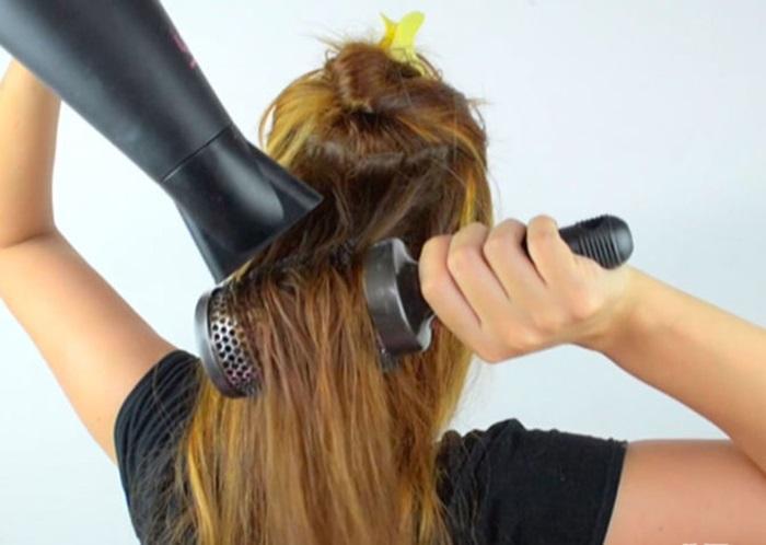 Di chuyển máy sấy tóc xung quanh, không cố định một vị trí