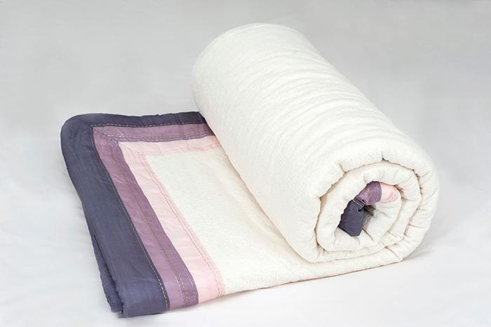 Nên cuộn tròn chăn màn lại trước khi cho vào máy giặt