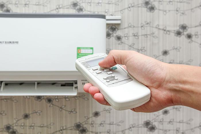 Chỉa thằng remote về hướng máy lạnh và thử xem nó có hoạt động không