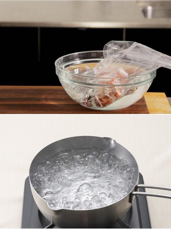 Đựng thức ăn vào túi nhựa có khóa hoặc hộp nhỏ rồi cho vào nồi nước đang sôi