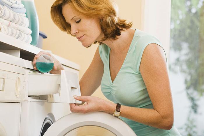 Dùng chất tẩy rửa chuyên dụng sẽ giúp máy lạnh hoạt động tốt hơn