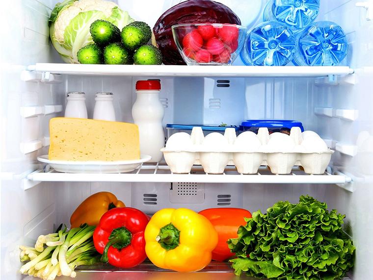 Gắn lại các khay kệ đã tháo ra và sắp xếp thức ăn vào và cắm phích tủ lạnh