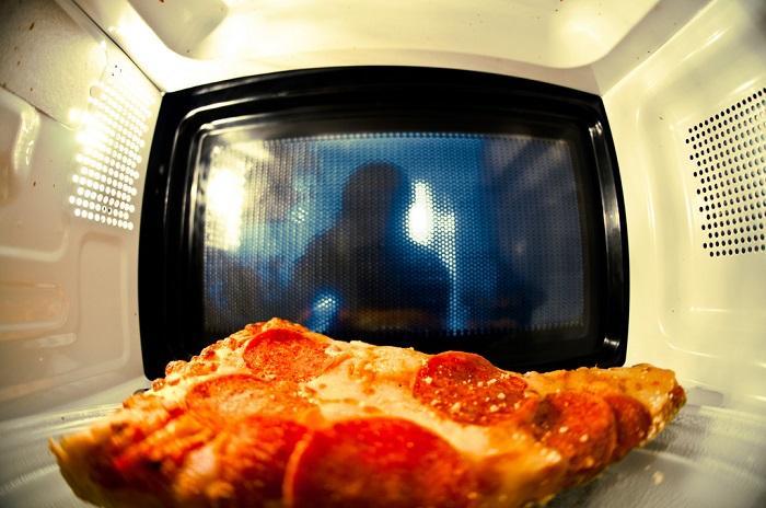 Khi nấu xong không nên lấy ra ngay mà để trong lò 2 - 3 phút để làm thực phẩm nóng đều