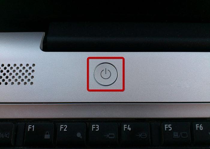 Khi chất lỏng đổ lên laptop của bạn, bạn cần làm trước tiên là tắt laptop ngay lập tức, bằng cách nhấn vào nút khởi động cho đến khi màn hình chuyển sang màu đen.