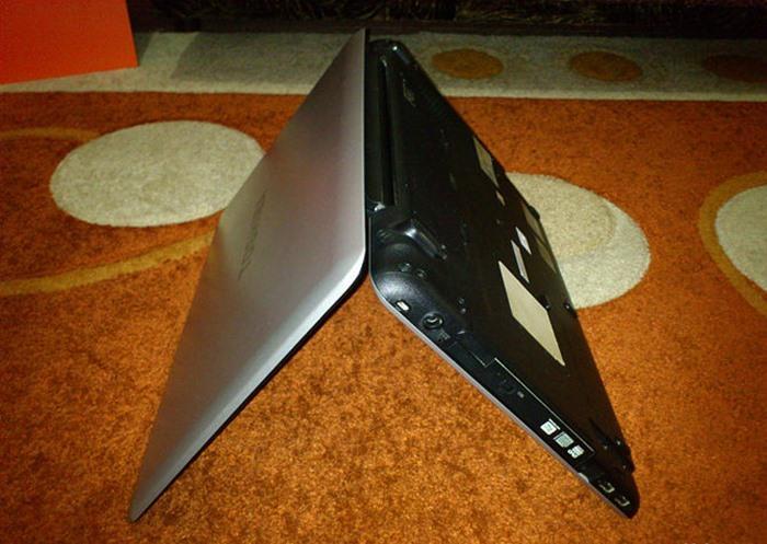 Mở laptop ra và lật úp nó lại, đảm bảo bàn phím của bạn hướng xuống như trong hình.