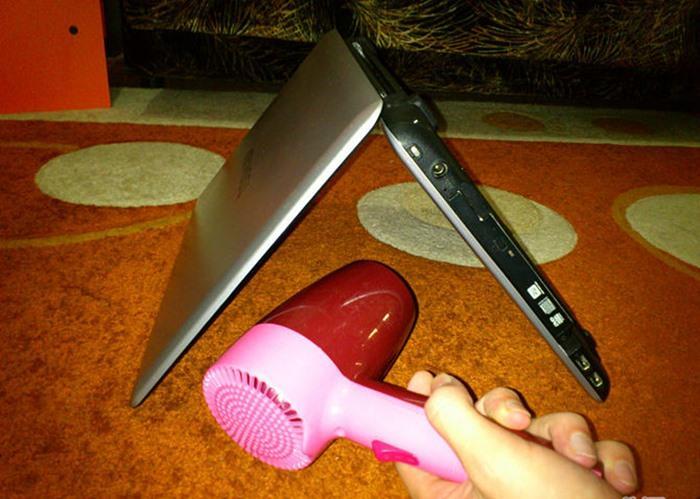 Bật máy sấy tóc của bạn lên, để máy sấy ở nhiệt độ thấp (sấy mát càng tốt) và tiến hành sấy khô bàn phím trong khi nó vẫn được lật úp.